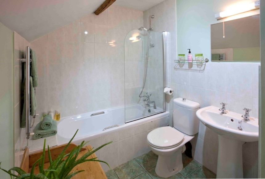 The Coach House main bathroom